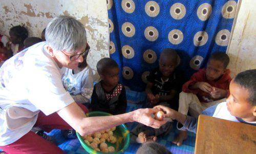 Bénévole -distribuant des mandarines
